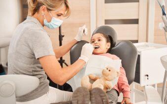 enfant pour une visite chez un cabinet dentaire
